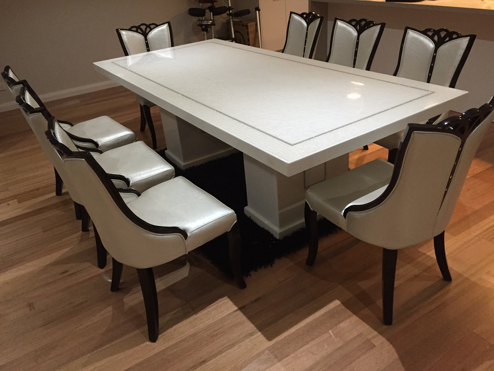 Bianca marble dining table with 8 chairs marble king for Table diner